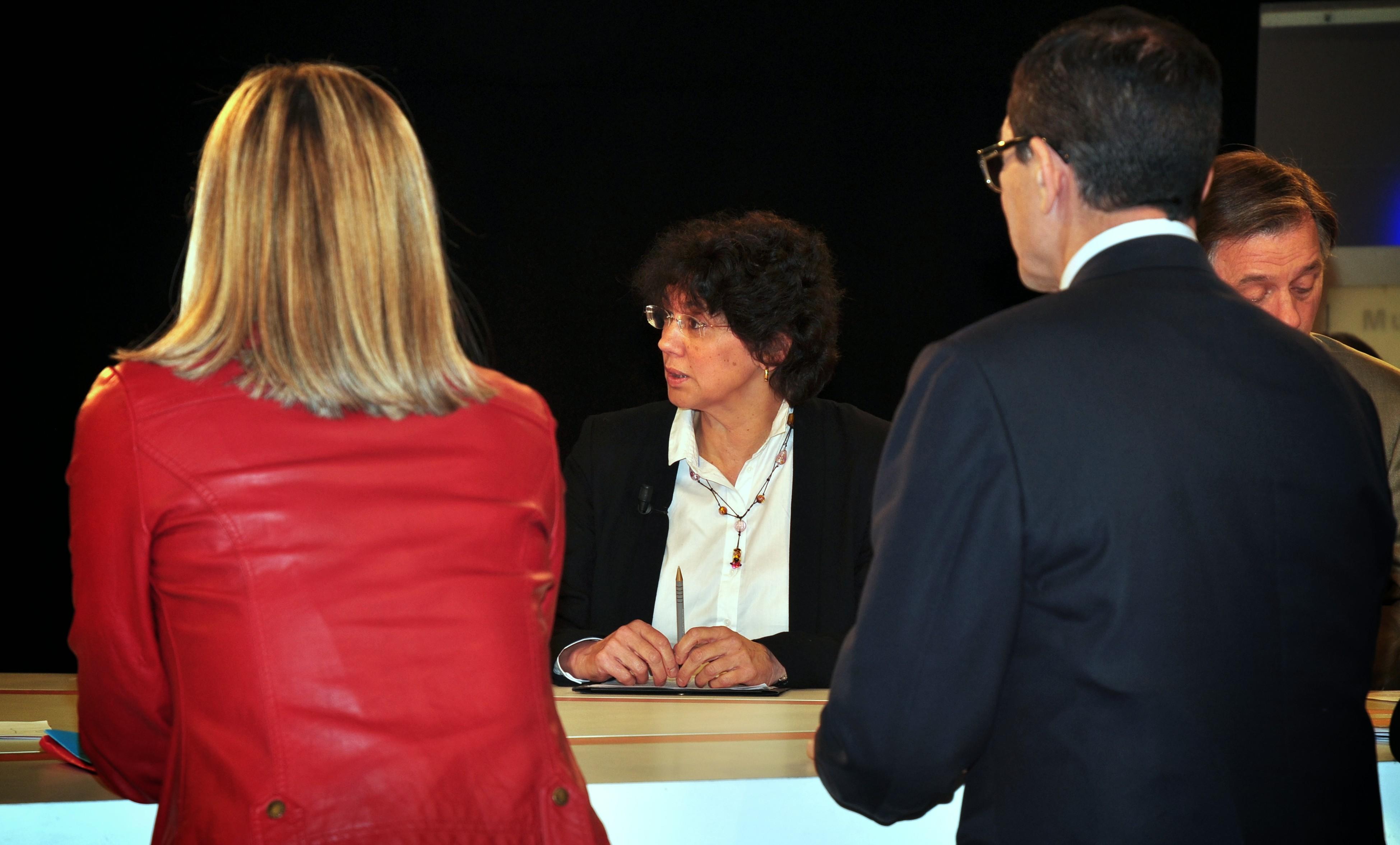 Monique Cosson face répond aux questions en détail